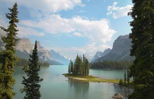 kanadensiska landskapet med andeö. jaspis. alberta foto