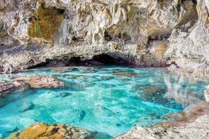 kalkstengrotta och korallpool foto