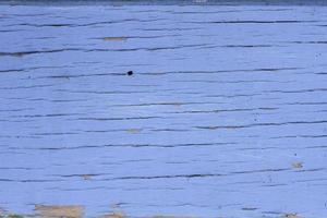 gammalt blått bräde med sprickor. foto