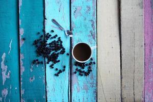 kaffekopp på färgglada grunge bord foto