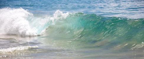 vågor bryter på en strand i maui hawaii foto