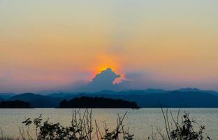 solen är under horisonten vid kaeng krachan, phetchaburi. foto