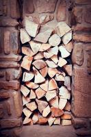 staplat trä förberett för öppen spis foto