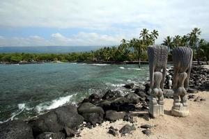 tiki statyer på kona strand foto