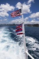 oss flaggor på en båt foto