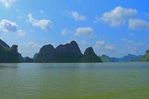 katt Ba-öar och klippformationer Vietnam foto