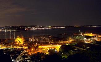 natt utsikt över enoshima ön foto