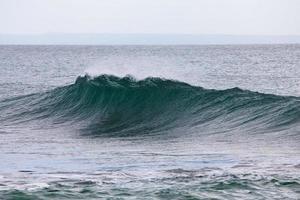 fallande havsvågen foto