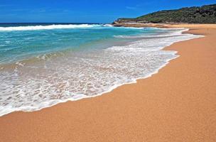 isolerad orörd strand nära sydney, nsw australia foto