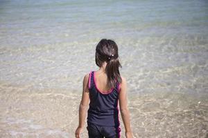 flicka på stranden foto