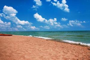 båt på stranden. Vintage strandbakgrund foto
