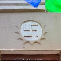 symbol för swastika i ett buddhistiskt tempel 卐 foto