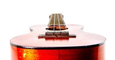 gamla ukulele på vit bakgrund foto