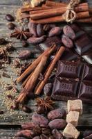 mörk choklad med kakaobönor foto