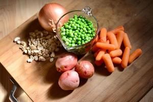 skärbräda med grönsaker på den foto