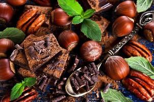 choklad, nötter och mynta foto