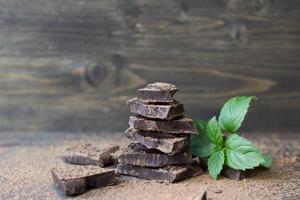 mörk choklad med mynta bestränkt med kakaopulver foto