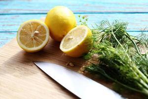 förbereda mat för såsallad med ingrediensen citron och koriander foto