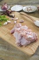 kycklingvingpinne på träskärningsblocket foto