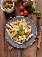pasta med tonfisk och gröna oliver foto