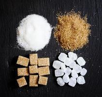 sortiment av socker: vit sand, godis socker, brunt socker