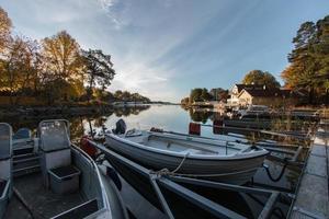 båtar förtöjda på tidig höstmorgon foto
