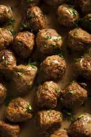 hembakade svenska köttbullar med gräddsås foto