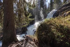 vattenfall och solstrålar foto