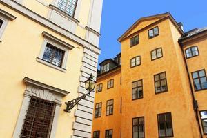 gamla byggnader och lykta, stockholm, sverige