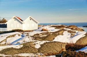 Nordsjökusten med två vita stugor foto
