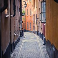 vacker utsikt över gamla stan street, sverige, stockholm foto