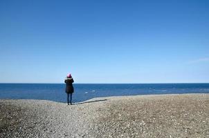 tittar på blå havet foto