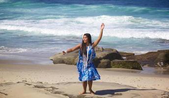 tonårs hula dansare på en tom strand foto