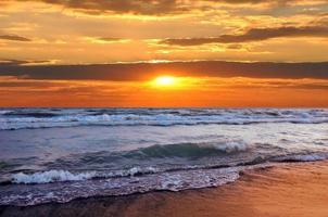 vacker solnedgång på stranden foto