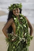 hawaiian hula flicka på stranden foto