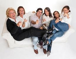 skrattande familj foto