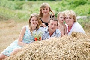 lycklig familj på naturen