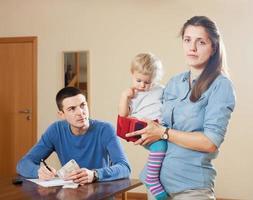 familj som har ekonomiska problem foto