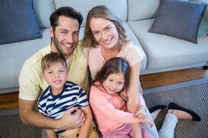 lycklig familj i soffan foto