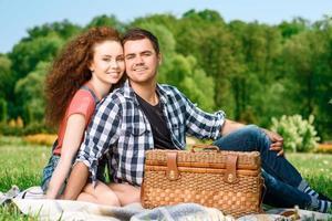 lycklig familj på en picknick