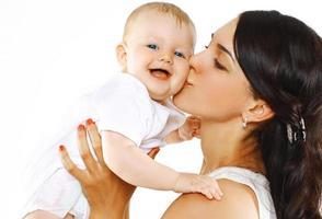 lycklig familj mamma kysser baby