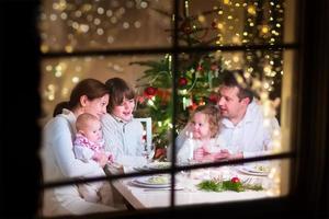 lycklig familj vid julmiddagen foto