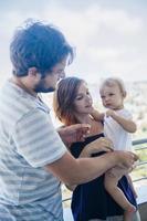 föräldrar med sin son foto
