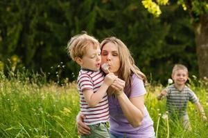 familj sommar - blåser maskrosfrön foto