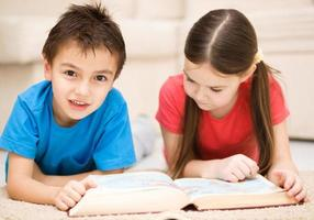 barn läser bok