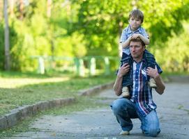 porträtt av far och son utomhus foto