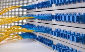 fiberoptisk kabel med optisk nätverksserver foto