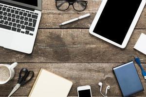 grunge hipster trä skrivbord med dator, digital surfplatta foto