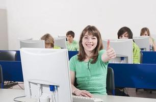 datorklass, tjej leende visar tummen upp tecken foto