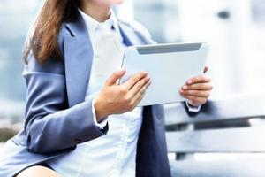 affärskvinna eller entreprenör som använder en digital tablet-dator foto